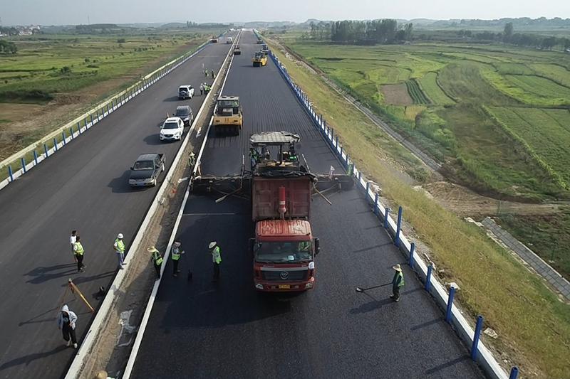 孝感北项目路面工程沥青砼中面层试铺成功